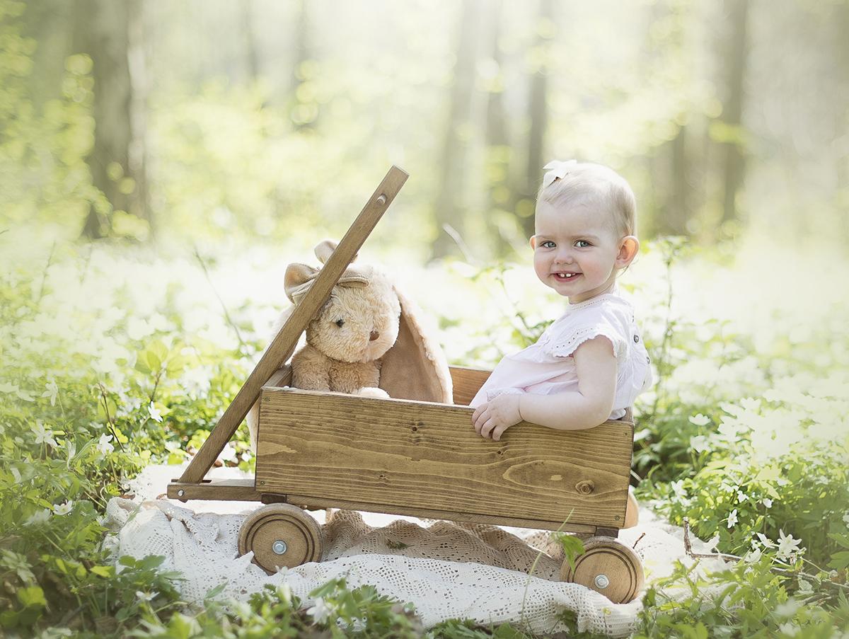 boka en barnfotografering utomhus i magisk miljö