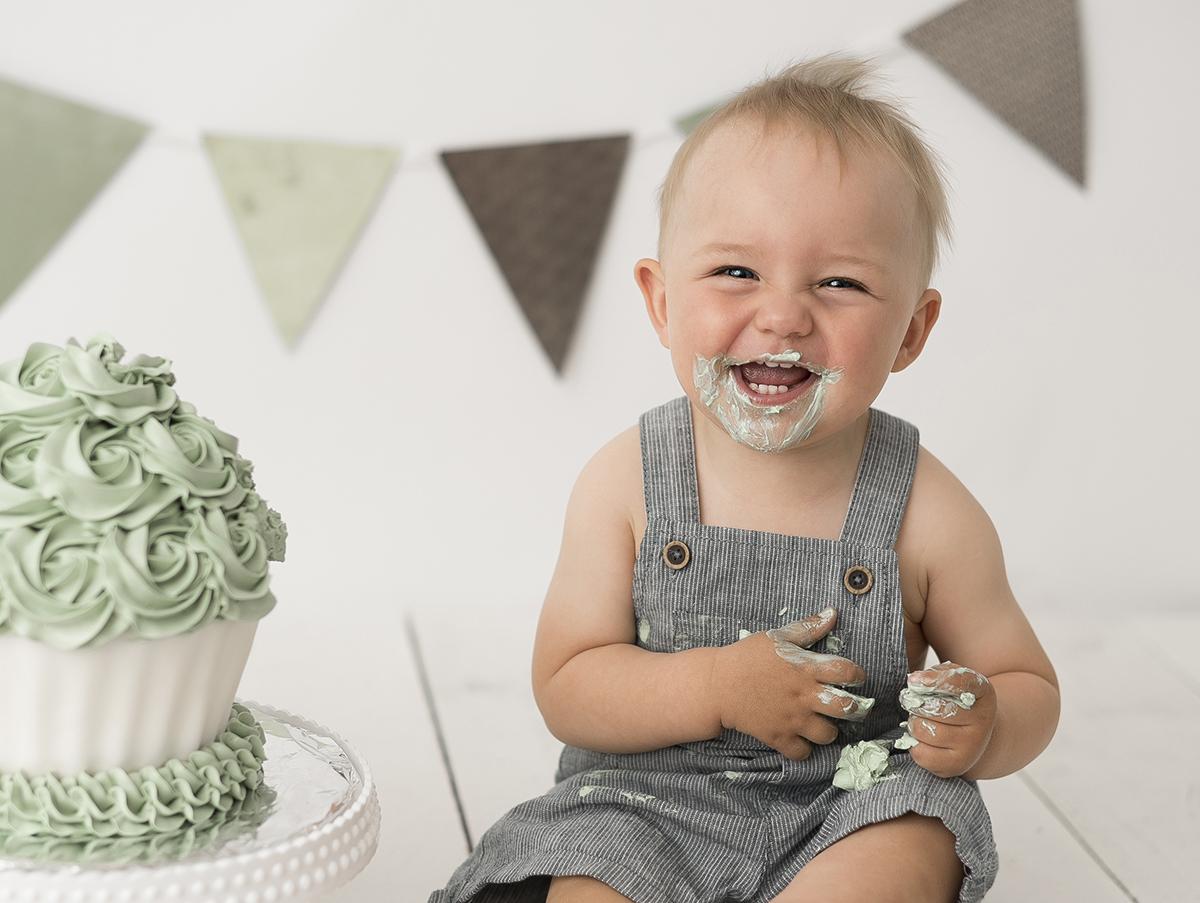 Smash the cake med grön tårta och gröna vimplar