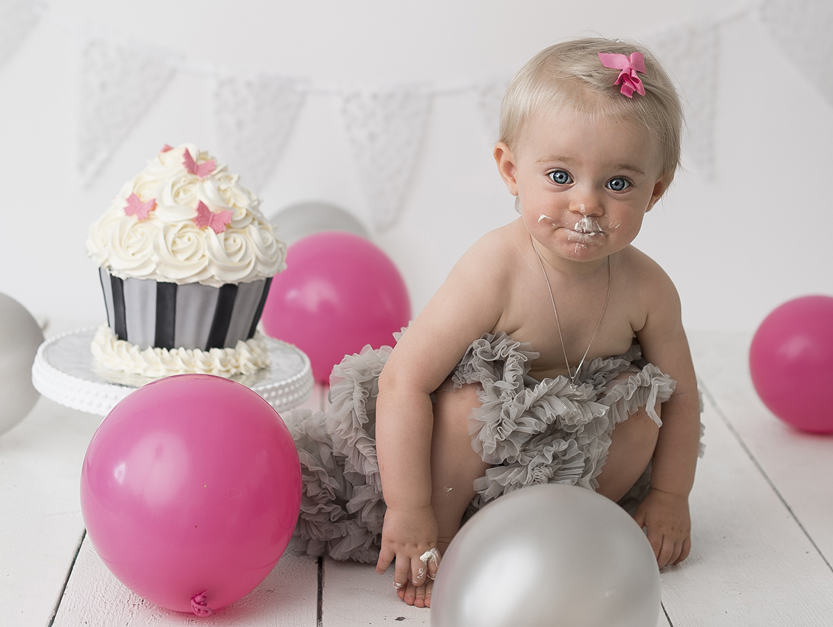 Smash the cake fotografering tema rosa, grå och svart
