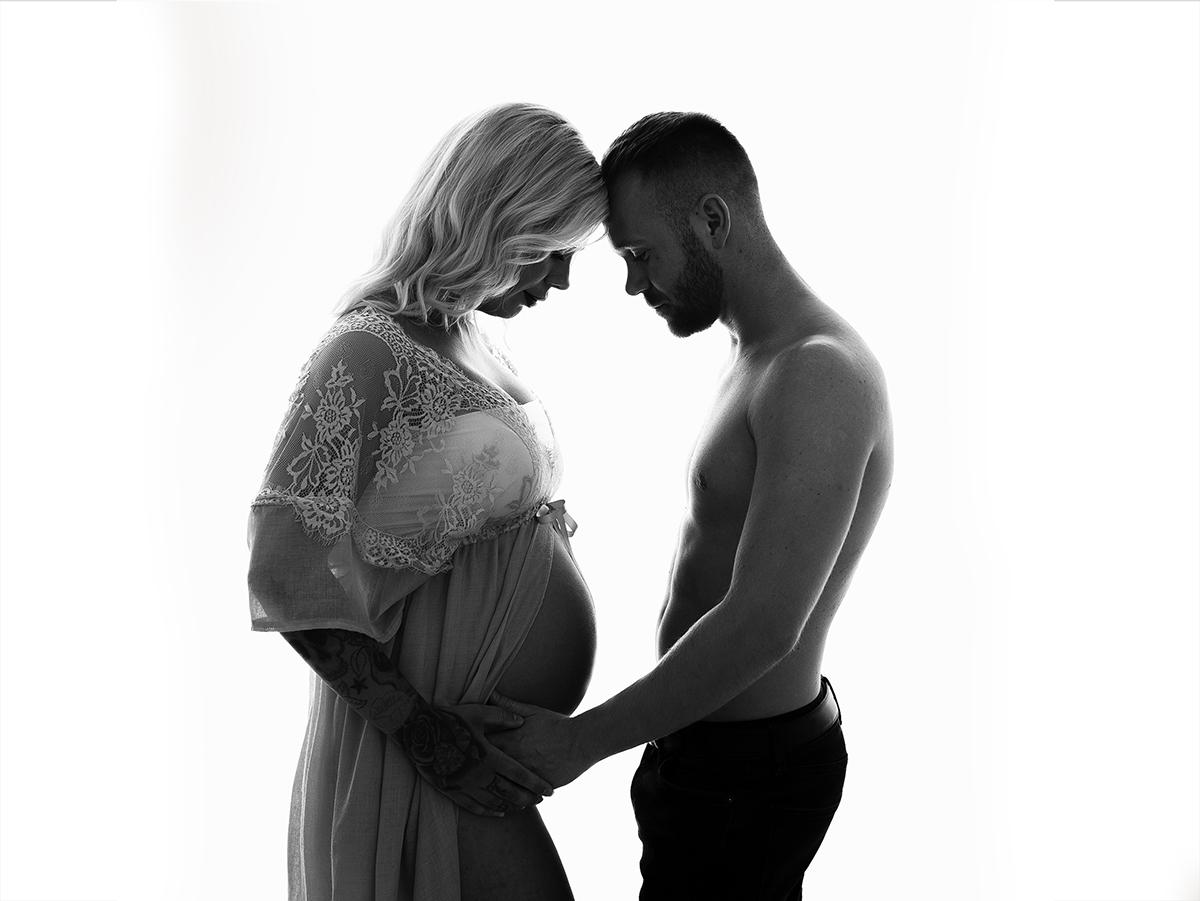 Boka din gravidfotografering i studion med svartvita bilder