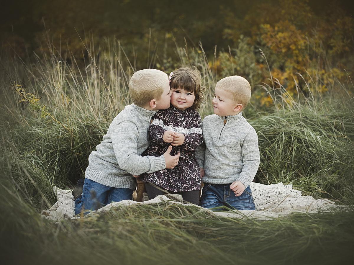 boka en syskonfotografering utomhus på hösten i Tidaholm