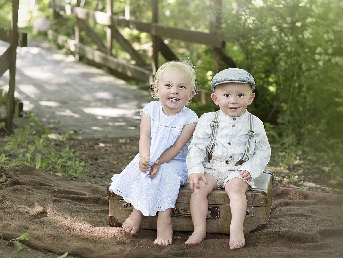 Ta ett avslappnat syskonporträtt utomhus