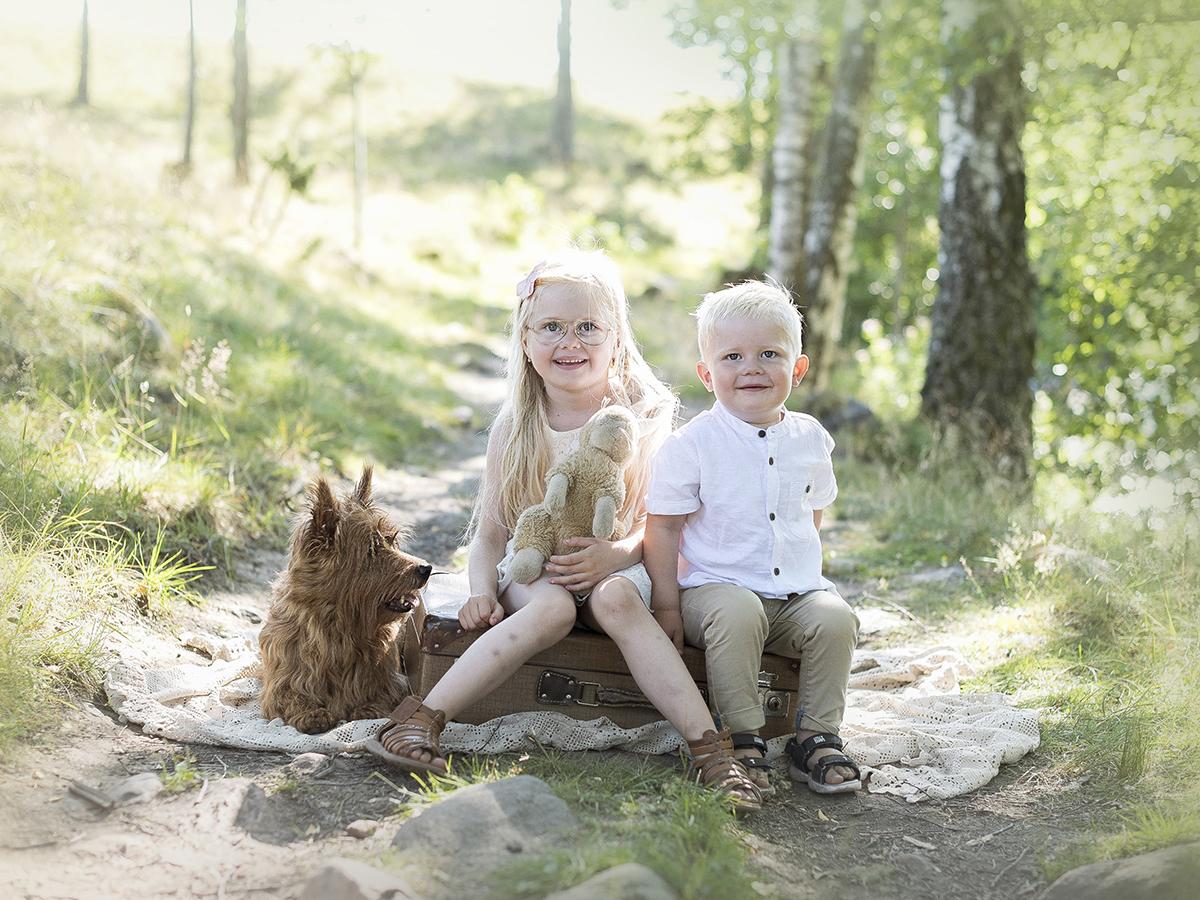 Fotografera syskonporträtt och ta med hunden på fotograferingen