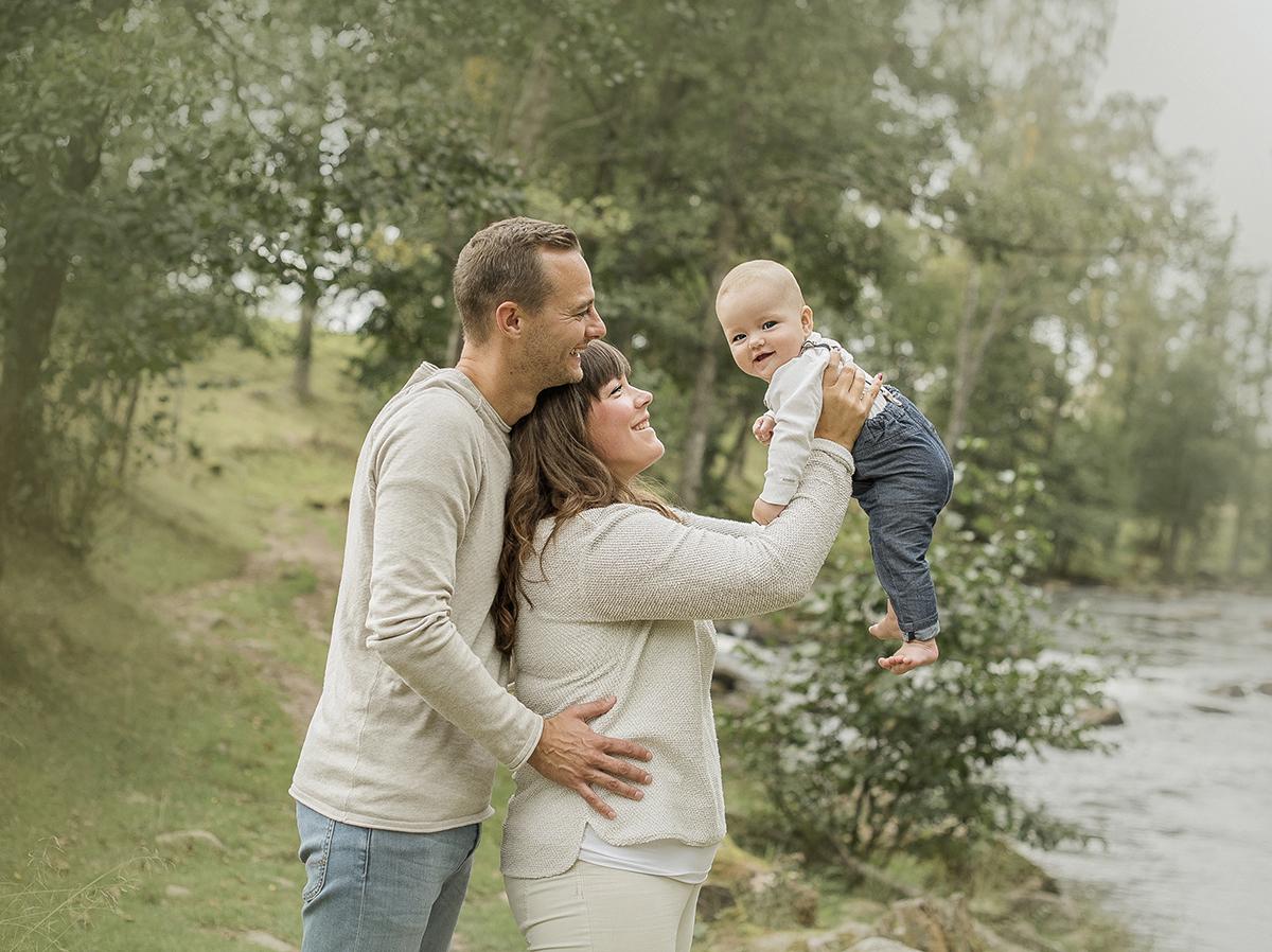 boka en fotografering i skaraborg och kombinera med lekfulla familjekort