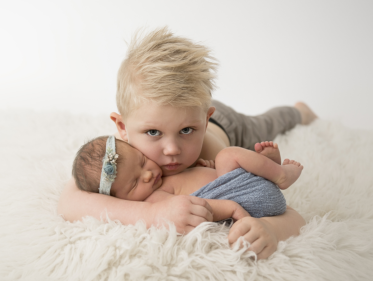 Syskonfotografering vid newbornfotografering
