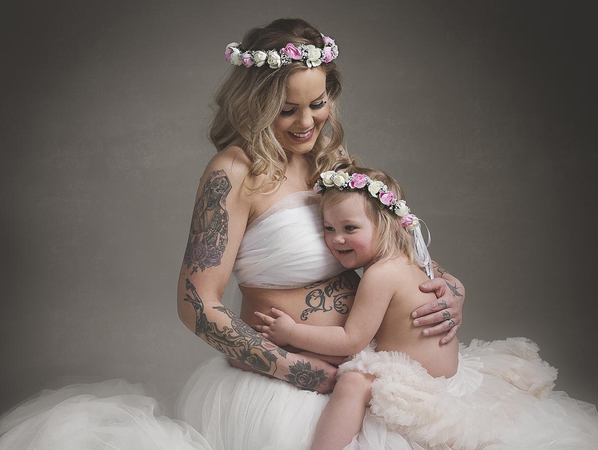 Avslappnad gravidfotografering med storasyskon