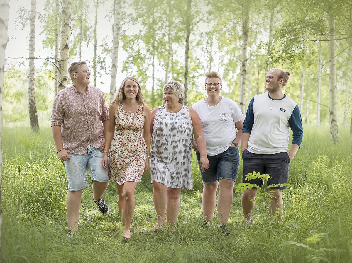 Familjefotograf i Skaraborg som tar avslappnade familjekort