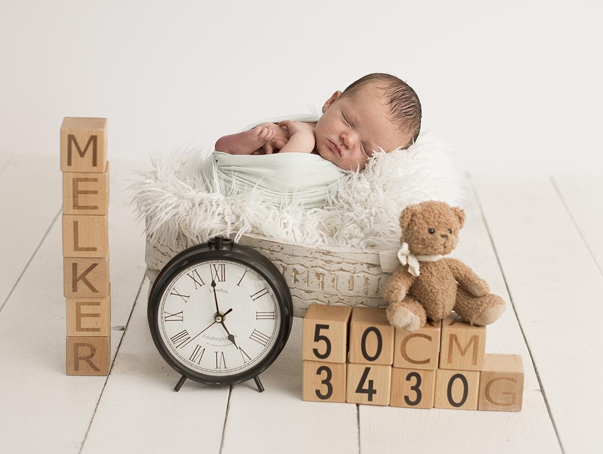 Nyföddporträtt med personlig födelsetavla