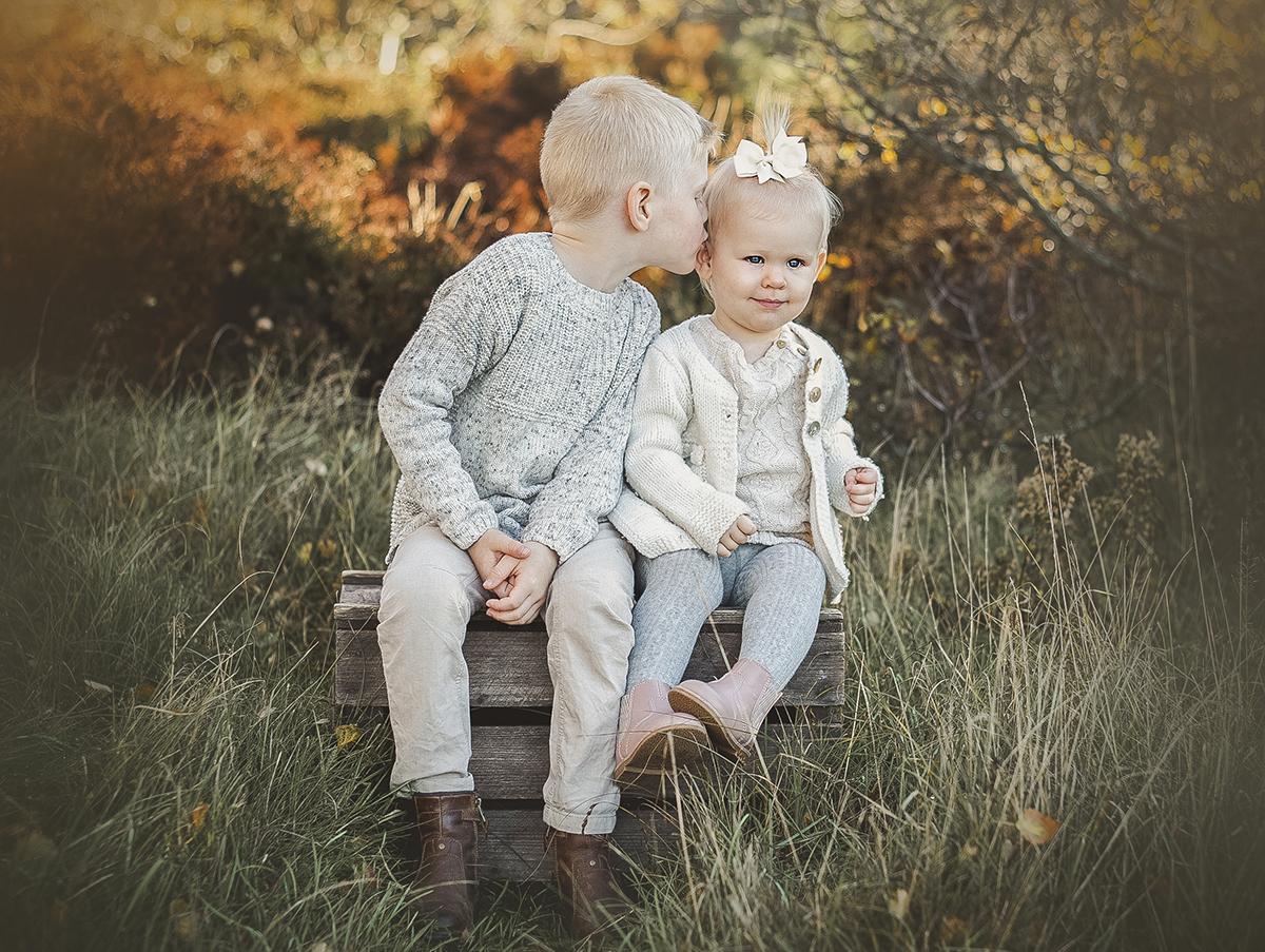Ta ditt syskonfoto utomhus för att få avslappnade och busiga bilder.