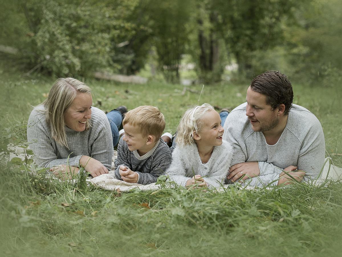 Familjefotografering på Ryds ängar i Skövde i fantastisk miljö